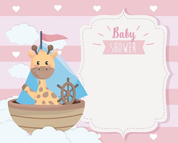 Tarjeta de linda jirafa en el barco y las nubes. vector gratuito