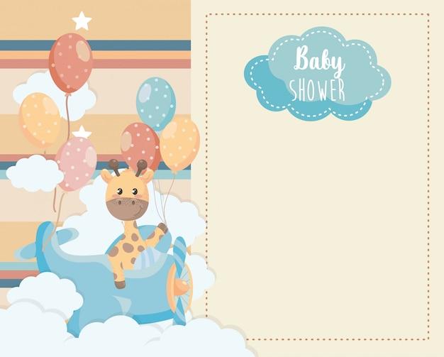 Tarjeta de linda jirafa en la cuna y las nubes. vector gratuito