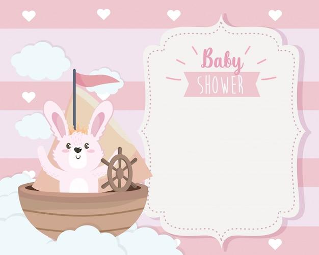 Tarjeta de lindo conejo en el barco y las nubes. vector gratuito