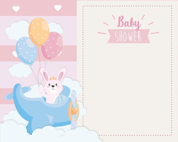 Tarjeta de lindo conejo en la cuna y globos. vector gratuito