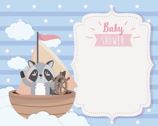 Tarjeta de lindo mapache en el barco y las nubes. vector gratuito