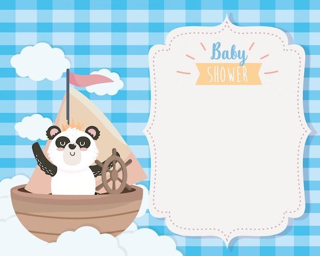 Tarjeta de panda lindo en el barco y las nubes. vector gratuito