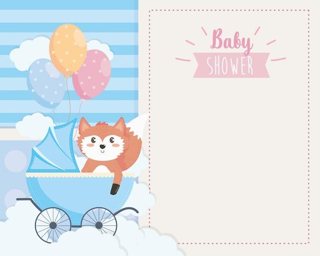 Tarjeta de zorro lindo en el carruaje y globos. vector gratuito