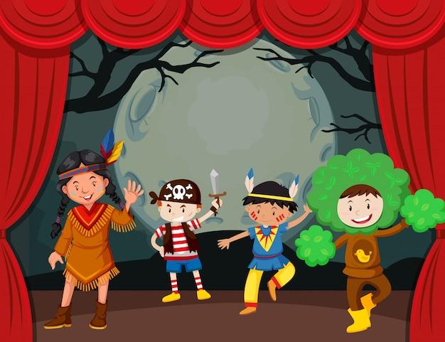 Tema de halloween con niños disfrazados en el escenario vector gratuito