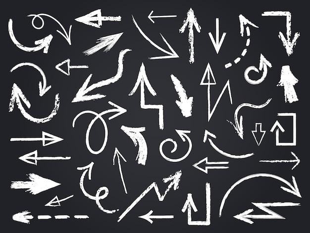 Tiza dibujo flecha. dibujado a mano flechas de tiza, elementos gráficos de pizarra, signos de flecha de tiza en conjunto de iconos de pizarra. tiza de dibujo de flecha, ilustración de pizarra de garabato de contorno Vector Premium