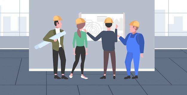 Trabajadores de la construcción que estudian el equipo de ingenieros de planos que discuten el nuevo proyecto de construcción durante la reunión de los técnicos industriales, el concepto de trabajo en equipo, el moderno apartamento interior horizontal de longitud completa Vector Premium