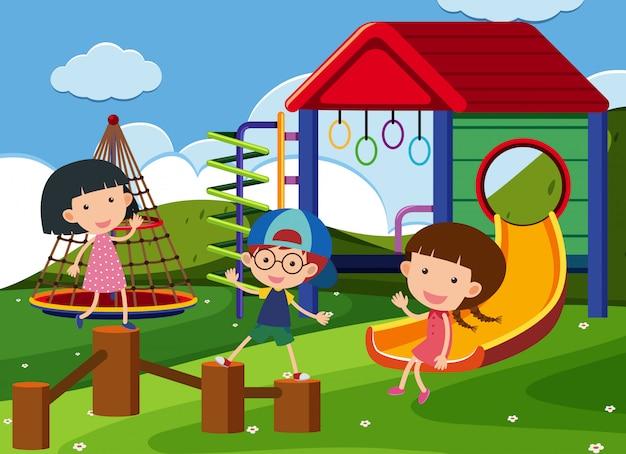 Tres niños jugando en el patio de recreo Vector Premium