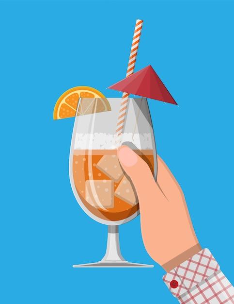 Vaso de bebida fría, alcohol cóctel en la mano. Vector Premium