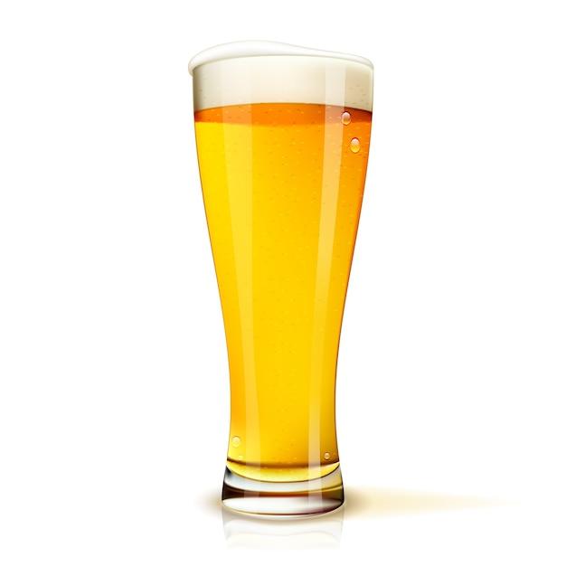 Vaso de cerveza aislado realista con gotas vector gratuito