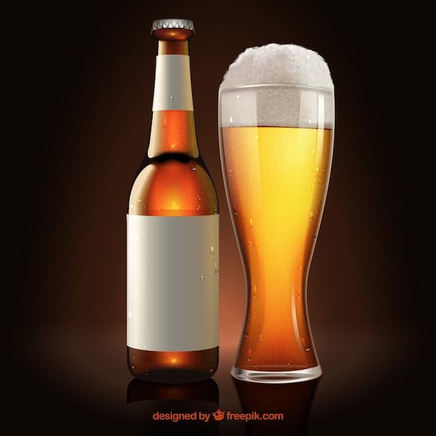 Vaso de cerveza y botella con etiqueta vector gratuito