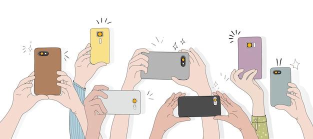 Vector de manos tomando fotos con teléfono inteligente vector gratuito