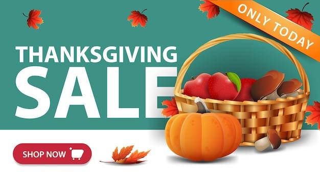 Venta de acción de gracias, banner web de descuento verde con botón, cesta de frutas y verduras Vector Premium