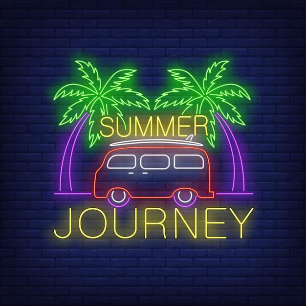 Viaje de verano letras de neón, minivan y palmeras. vector gratuito