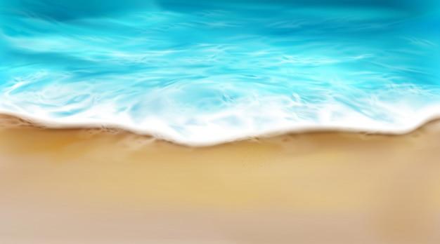 Vista superior de las olas del mar con espuma salpicando en la playa vector gratuito