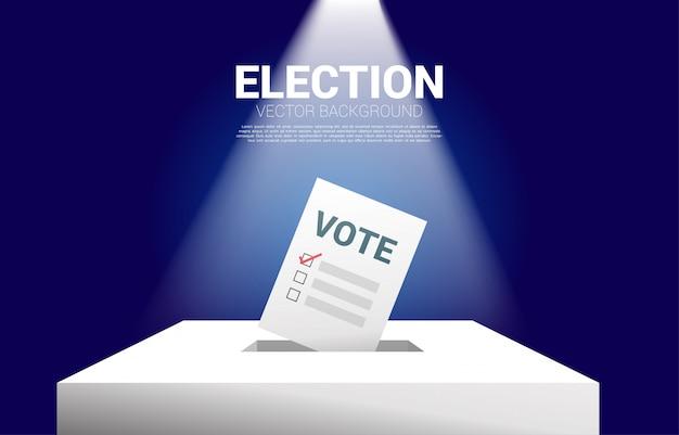 Vota el papel puesto en la casilla electoral. Vector Premium
