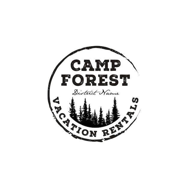 Abenteuerlager des immergrünen kiefernbaums im freien. retro rustikaler hipster-stempel-logoentwurf der waldweinlese Premium Vektoren