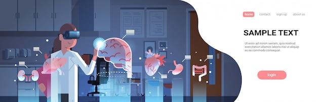 Ärztin mit digitaler brille, die die landingpage-vorlage für organe der virtuellen realität betrachtet Premium Vektoren