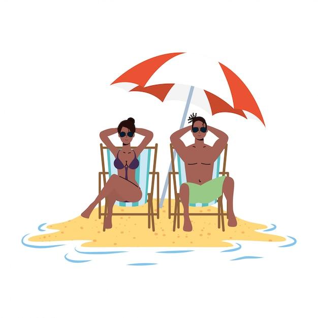 Afro-paar entspannt am strand in stühlen und sonnenschirm sitzen Premium Vektoren
