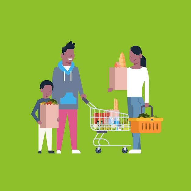 Afroamerikaner-familien-einkaufen, das papiertüte, laufkatze und korb voll von den lebensmittelgeschäft-produkten hält Premium Vektoren