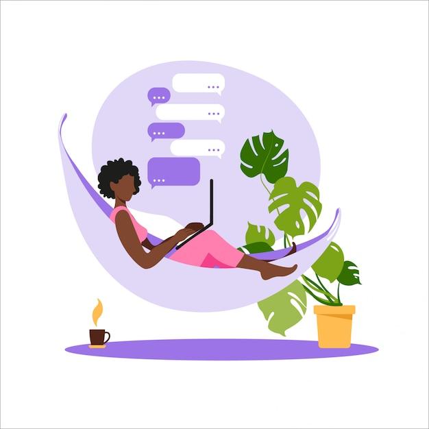 Afroamerikanerfrau, die auf hängematte mit laptop sitzt. arbeiten an einem computer. freiberufliche, online-bildung oder social-media-konzept. von zu hause aus arbeiten, remote-job. moderne illustration des flachen stils. Premium Vektoren