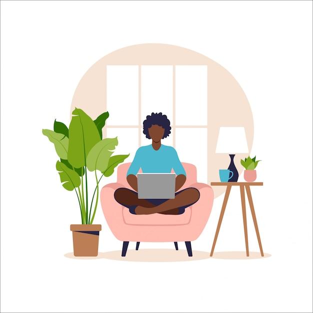 Afroamerikanerfrau, die auf sofa mit laptop sitzt. arbeiten an einem computer. freiberufliche, online-bildung oder social-media-konzept. von zu hause aus arbeiten, remote-job. flacher stil. illustration. Premium Vektoren