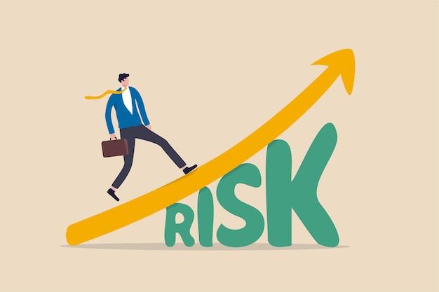Aktienmarktinvestitionen mit hohem risiko und hoher rendite, kompromiss zwischen riskantem anlagevermögen und belohnendem wachstumsrenditekonzept, zuversichtlicher, intelligenter investor, der auf dem diagramm des wachstumsmarktes über dem wort risiko aufsteigt. Premium Vektoren