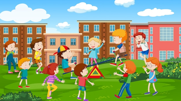 Aktive kinder, die szene im freien spielen Kostenlosen Vektoren
