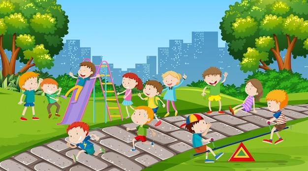 Aktive kinder spielen in der außenszene Kostenlosen Vektoren