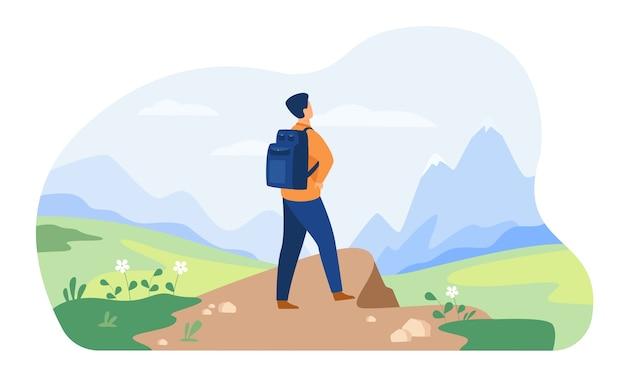 Aktives touristenwandern in den bergen. mann, der rucksack trägt, trekking genießt, schneebedeckte gipfel betrachtet. vektorillustration für natur, wildnis, abenteuerreisekonzept Kostenlosen Vektoren