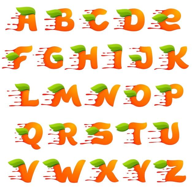 Alphabet mit orangensafttropfen und blättern. Premium Vektoren