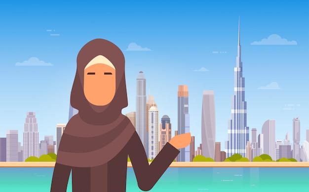 Arabische frau, die dubai-skyline-panorama, moderne gebäude-stadtbild-geschäftsreise und tourismus-betrug zeigt Premium Vektoren