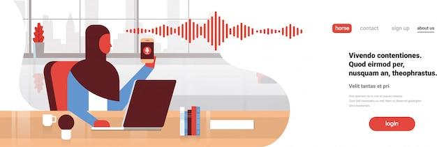 Arabische geschäftsfrau halten telefon intelligente banner Premium Vektoren