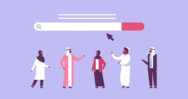 Arabische leute über suchon-line-internet-grasenweb-konzeptwebsite-stangengraphik flach horizontal Premium Vektoren