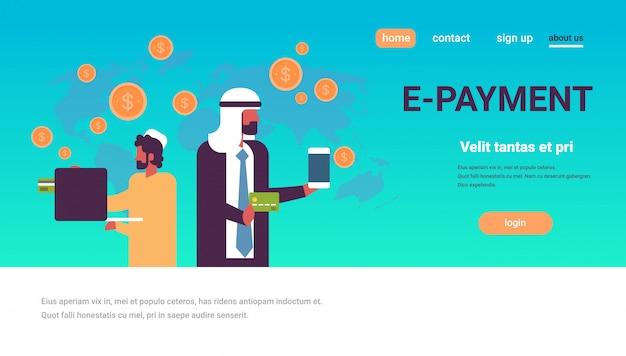 Arabische männer, die globale zahlungsanwendungsfahne verwenden Premium Vektoren
