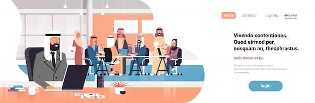 Arabischer mann chef mit laptop arbeitsplatz banner Premium Vektoren