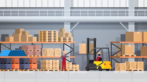 Arbeitskräfte des lager-anhebenden kastens mit gabelstapler auf gestell. logistik-lieferservice-konzept Premium Vektoren
