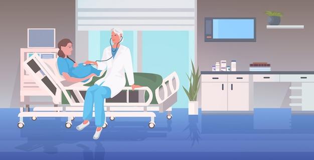 Arzt in uniform mit stethoskop untersuchung der schwangeren frau im krankenhausbett vor der geburt gynäkologische beratung schwangerschaft konzept in voller länge horizontal Premium Vektoren