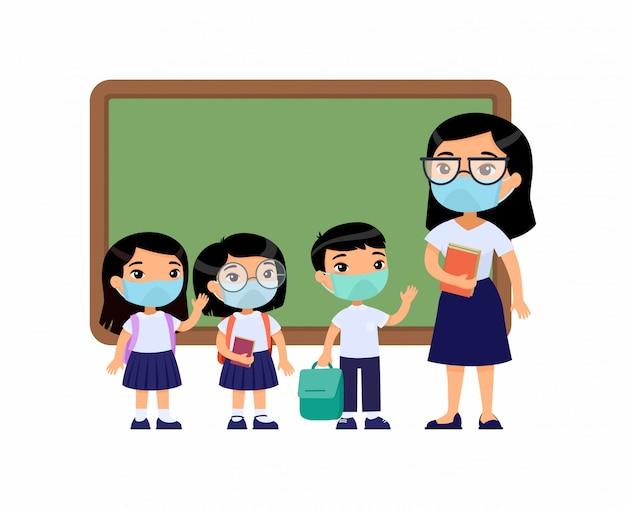 Asiatische lehrerin und schülerinnen mit schutzmasken im gesicht. jungen und mädchen in schuluniform und lehrerin zeigen auf tafel-comicfiguren. atemschutz Kostenlosen Vektoren