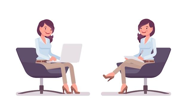 Attraktive junge frau im zugeknöpften hemd, dünne chinohose des kamels entspannend sitzend im sessel. business stilvolle workwear trend und office city mode. stil cartoon illustration Premium Vektoren