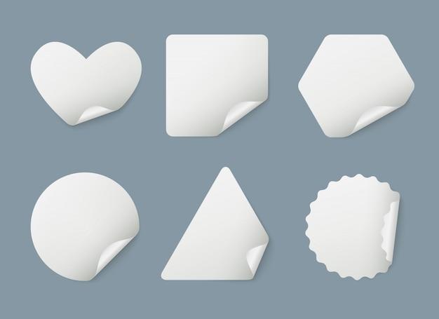 Aufkleber realistisch. eingewickelte weiße papierlesezeichenaufkleber mit schattenschablone Premium Vektoren