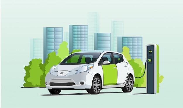 Aufladen des elektroautos an ladestation, stadtbild auf hintergrund Premium Vektoren