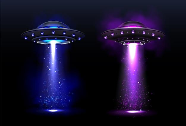 Außerirdische raumschiffe, ufo mit blauem und lila lichtstrahl. Kostenlosen Vektoren