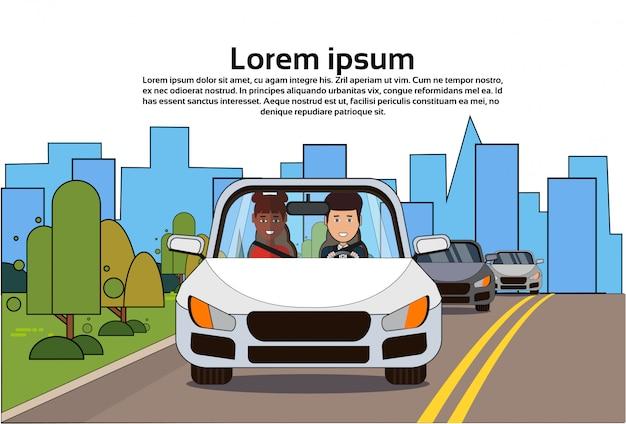 Auto mit mann und afroamerikanerfrau auf straße Premium Vektoren