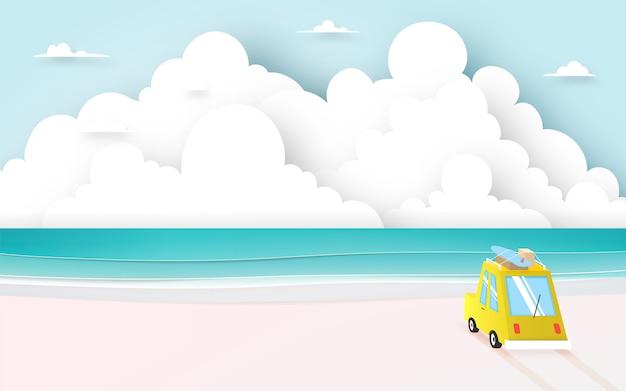 Autoreise auf dem strand mit papierkunstart und pastellfarbschema vector illustration Premium Vektoren