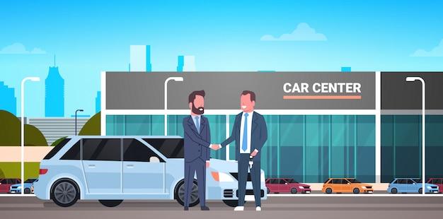 Autosalon, kauf, verkauf oder vermietungszentrum, verkäufer, mann, der dem besitzer schlüssel gibt Premium Vektoren