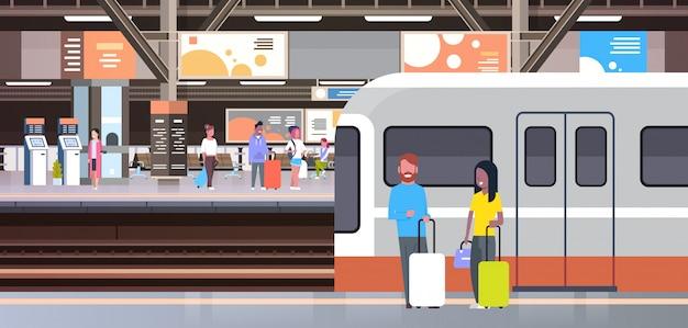 Bahnhof mit den leute-passagieren, die weg vom zug hält taschen-transport und transport-konzept gehen Premium Vektoren