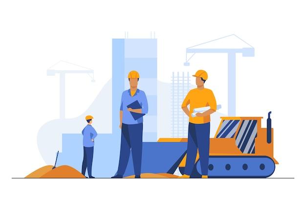 Bauherren in helmen, die auf der baustelle arbeiten. maschine, gebäude, arbeiter flache vektorillustration. engineering und entwicklung Kostenlosen Vektoren