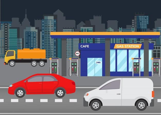 Betankendes benzin des autos an der tankstelle-vektorillustration. stadtgebäudeskyline im hintergrund mit modernen autos auf straße und tankstelle. Premium Vektoren