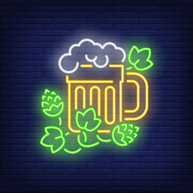 Bierkrug mit hopfenpflanzenleuchtreklame Kostenlosen Vektoren