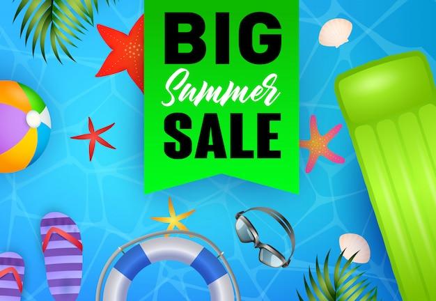 Big summer sale schriftzug, schwimmfloß, flip flops, rettungsring Kostenlosen Vektoren